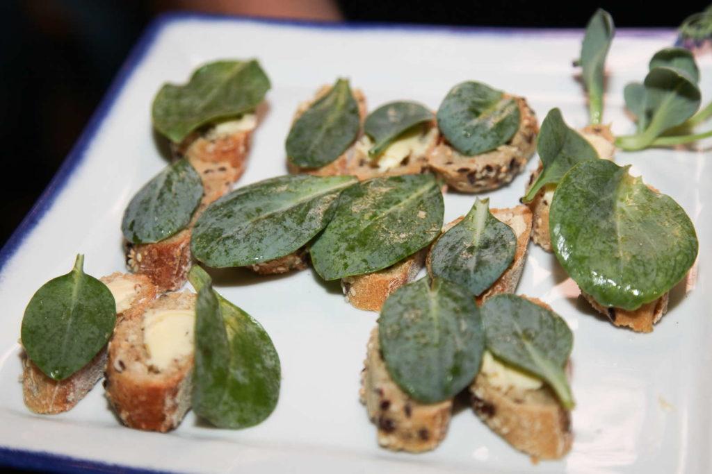 Brot mit Blättern der Austernpflanze belegt