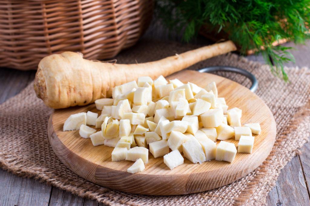 Pastinake auf Holzbrett geschnitten gemüse
