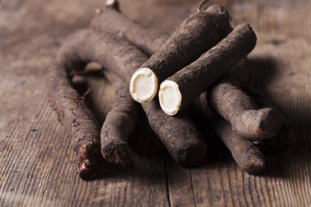 Schwarzwurzel auf Holz altes Gemüse