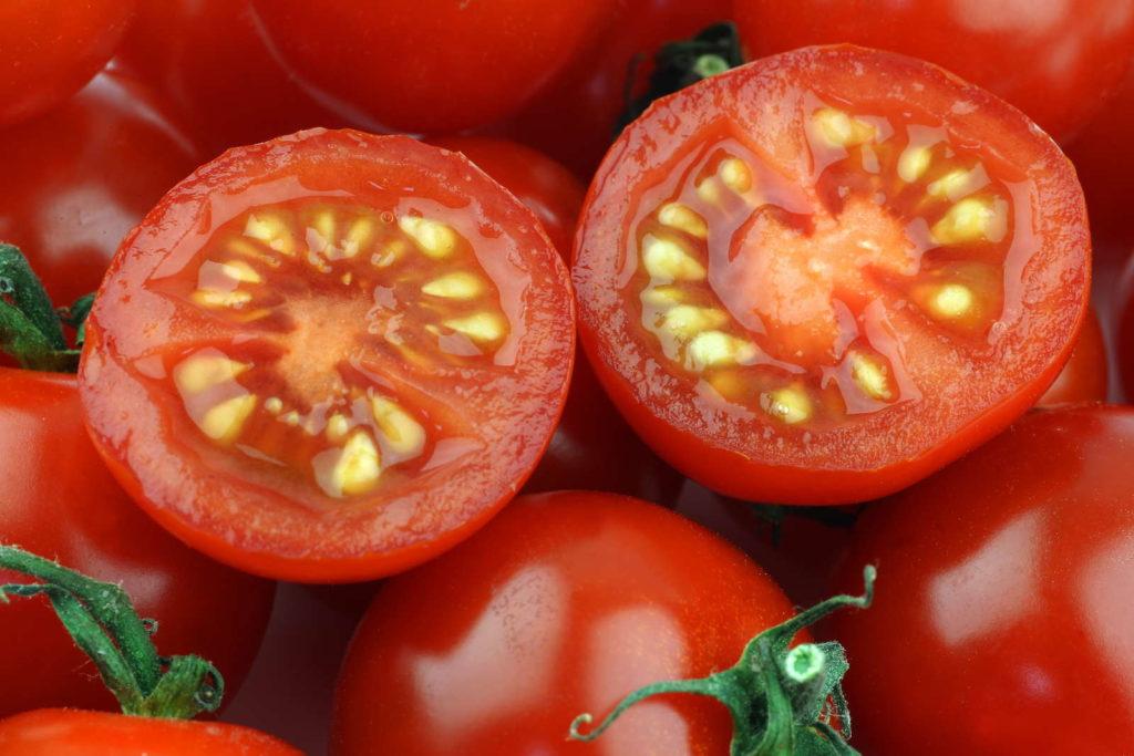 Tomatensamen in aufgeschnittenen Tomaten