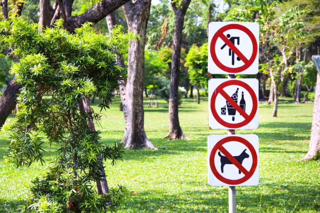 Verbotsschilder im Park für rasen