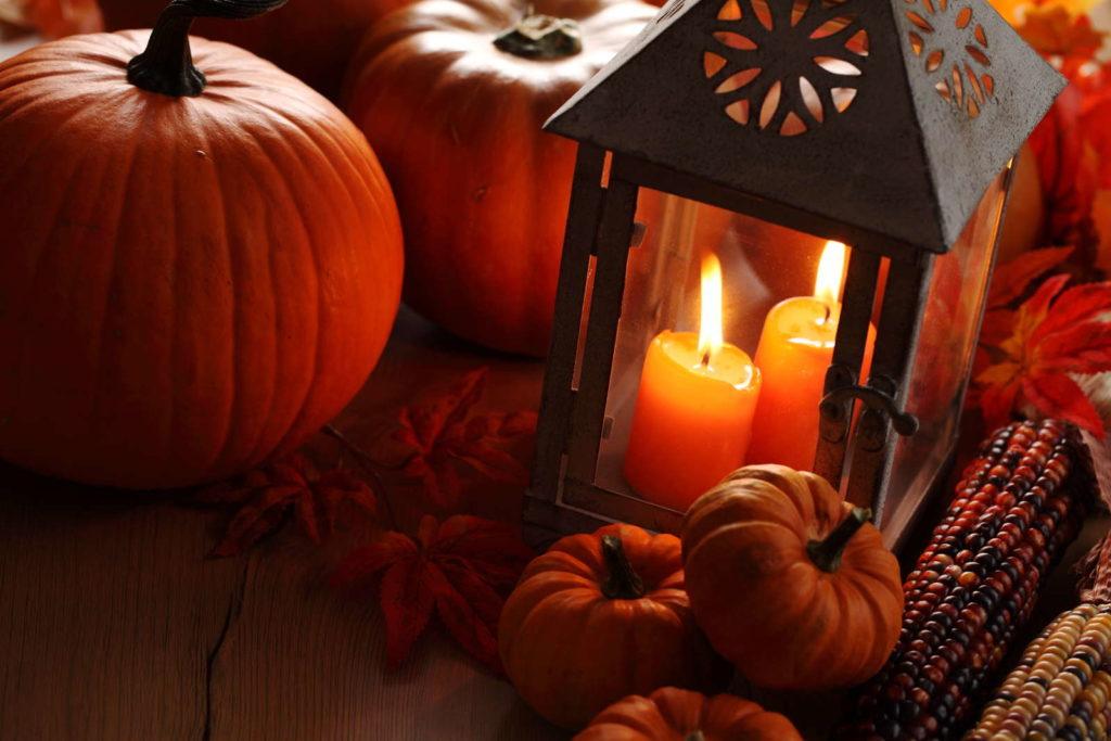 Laterne mit Kerze im herbst und Kürbissen
