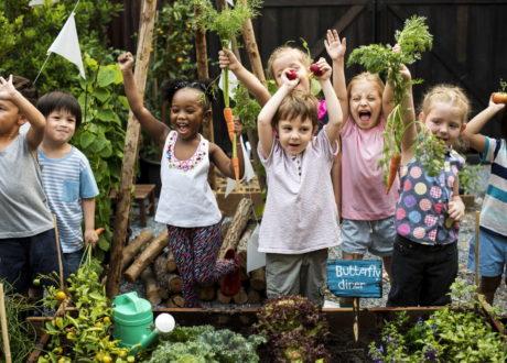 Kinder Bei Der Gartenarbeit Jubelnd Glücklich
