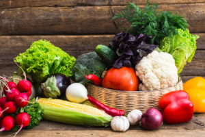 Korb Mit Gemüse Und Holz Im Hintergrund