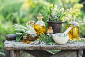 Kräuter Und Öle Auf Holztisch Im Garten