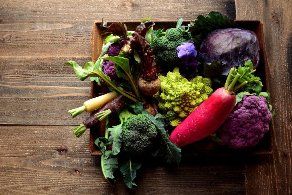 bunter Gemüsemix in Holzkiste