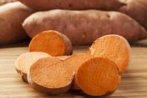 Aufgeschnittene Süßkartoffeln Auf Holzbrett