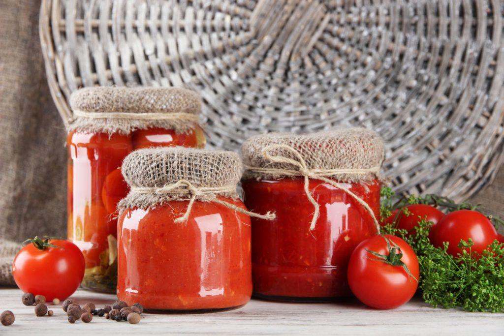 Eingelegte Tomaten in Einmachgläsern