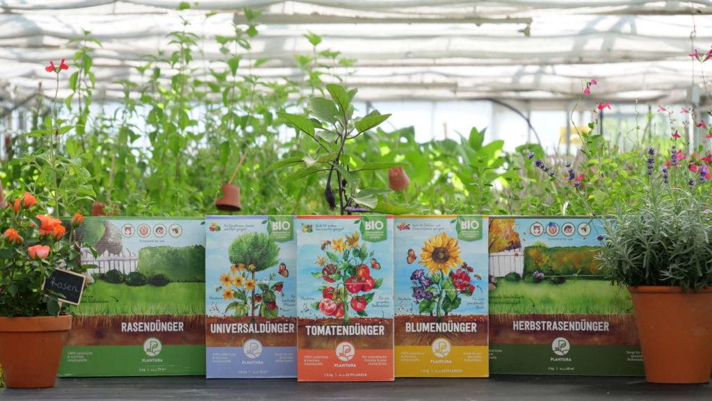 Plantura alle Dünger in einer Reihe mit Pflanzen im Hintergrund