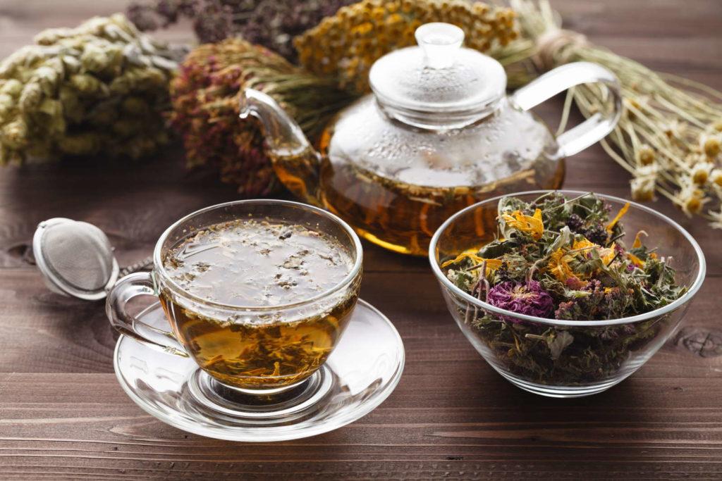 Teeset mit getrockneten Blumen und Teekanne