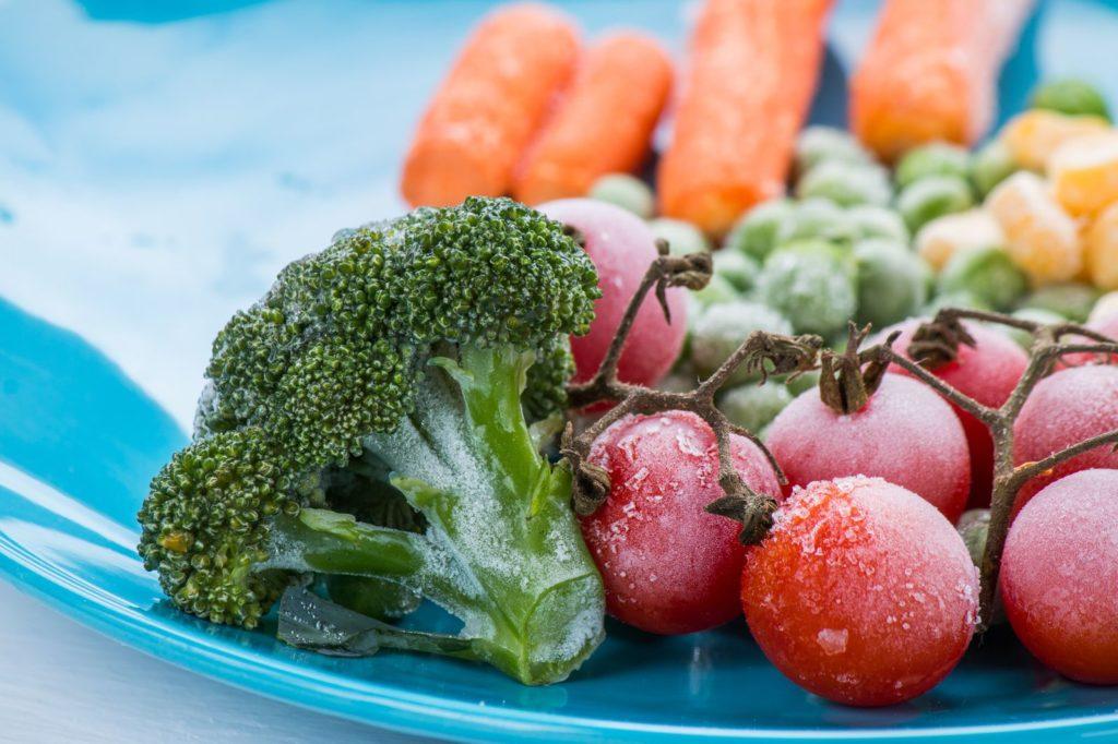 gefrorene Tomate und Brokkoli auf Teller