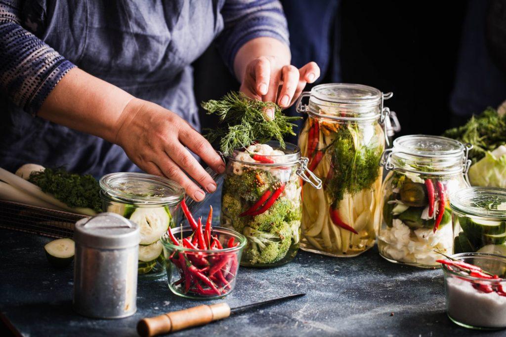 verschiedenes eingelegtes Gemüse in der Küche