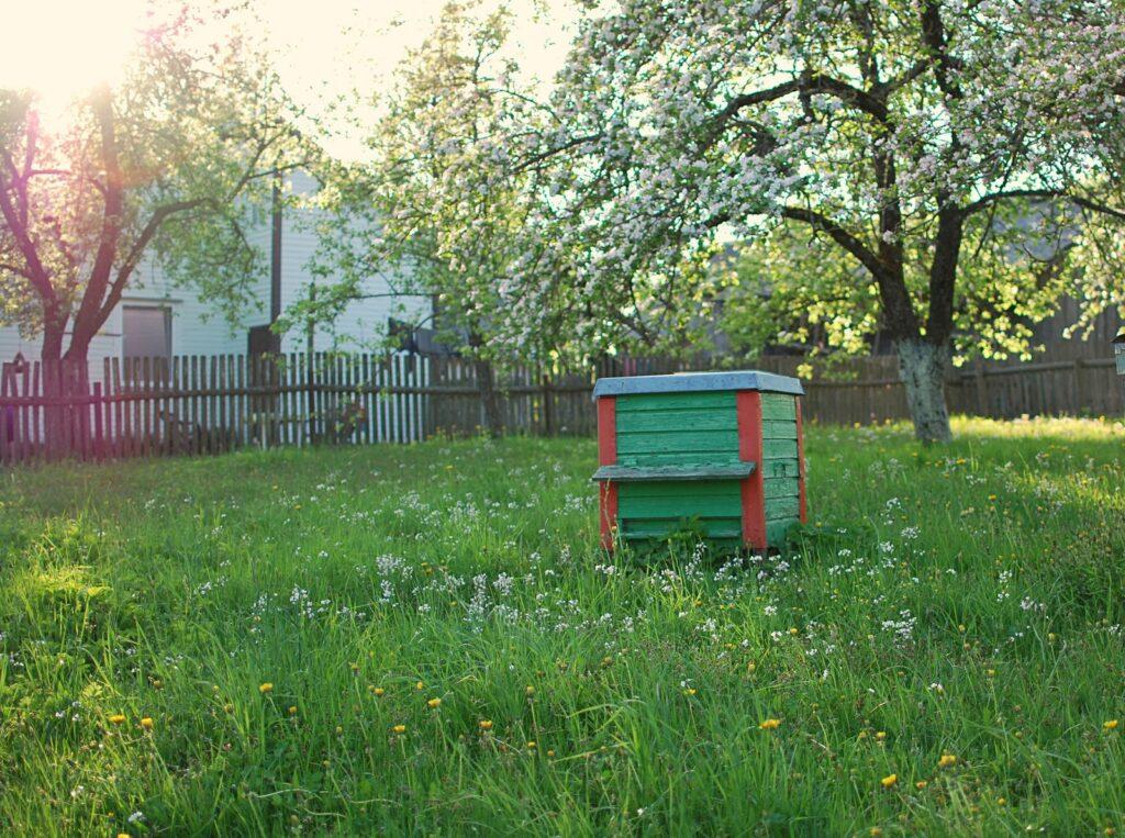 Ein Bienenstock im grünen Garten
