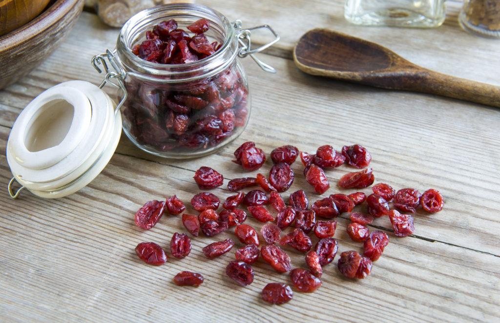 Getrocknete Cranberries auf Tisch