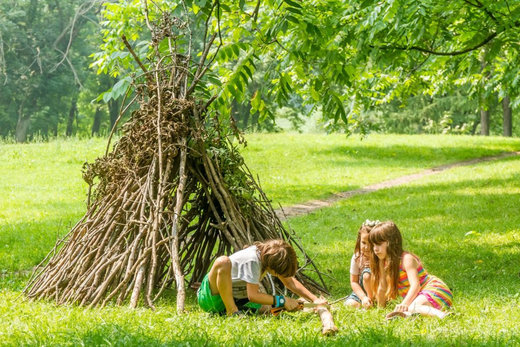 Kinder spielen im Tipi Garten