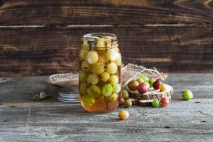 Stachelbeeren Eingelegt Im Marmeladenglas Auf Holzhintergrund