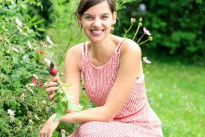 Frau Sitzt Vor Einem Gemüsebeet Im Garten