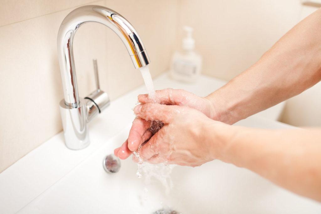 Hände werden im Waschbecken gewaschen