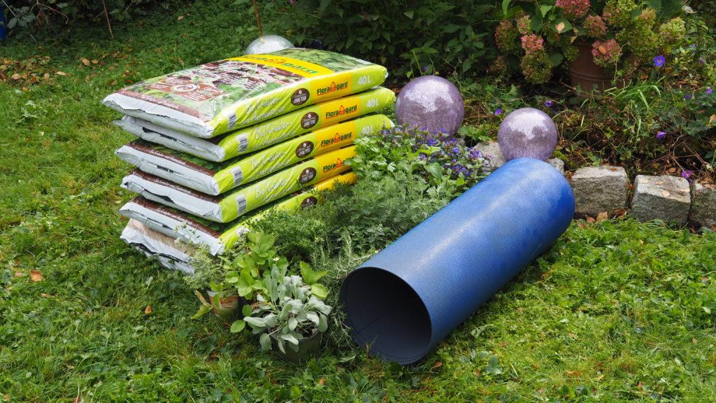 Material zum Bau einer Kräuterschnecke im Garten