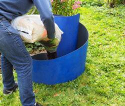 Kräuterschnecke Wird Mit Grobem Material Befüllt
