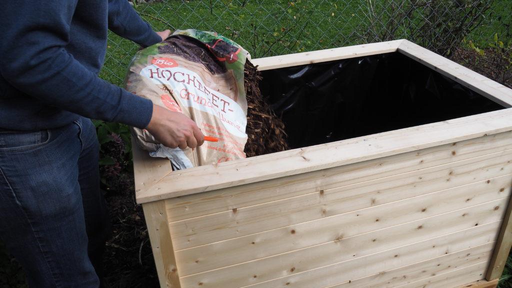 Hochbeet wird mit Substrat befüllt