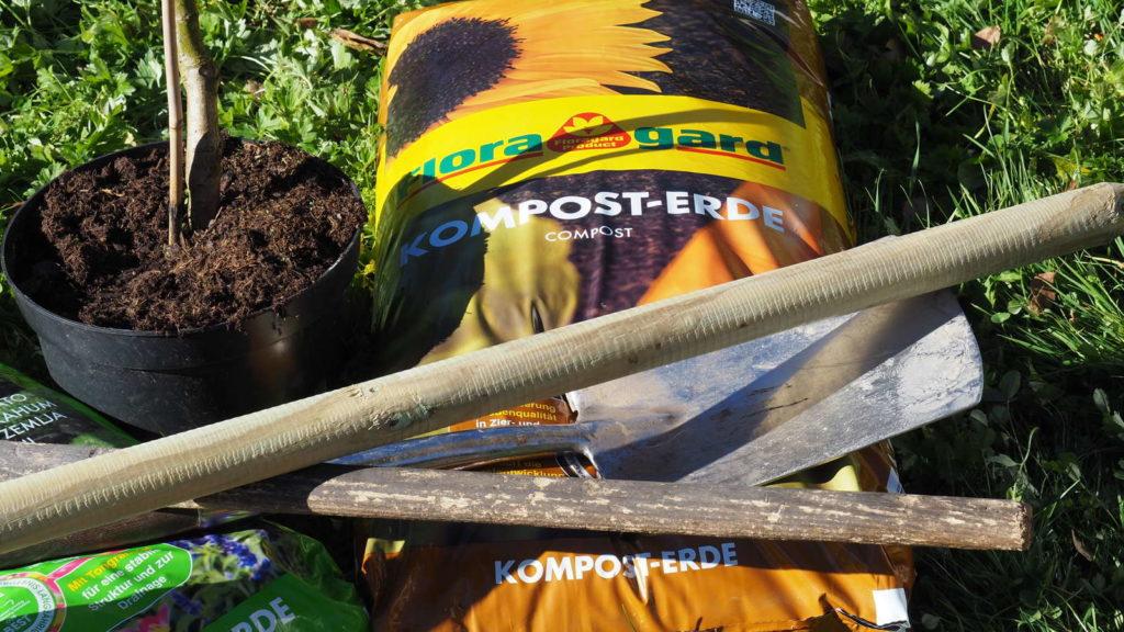 Gartenwerkzeuge auf einem Sack Komposterde