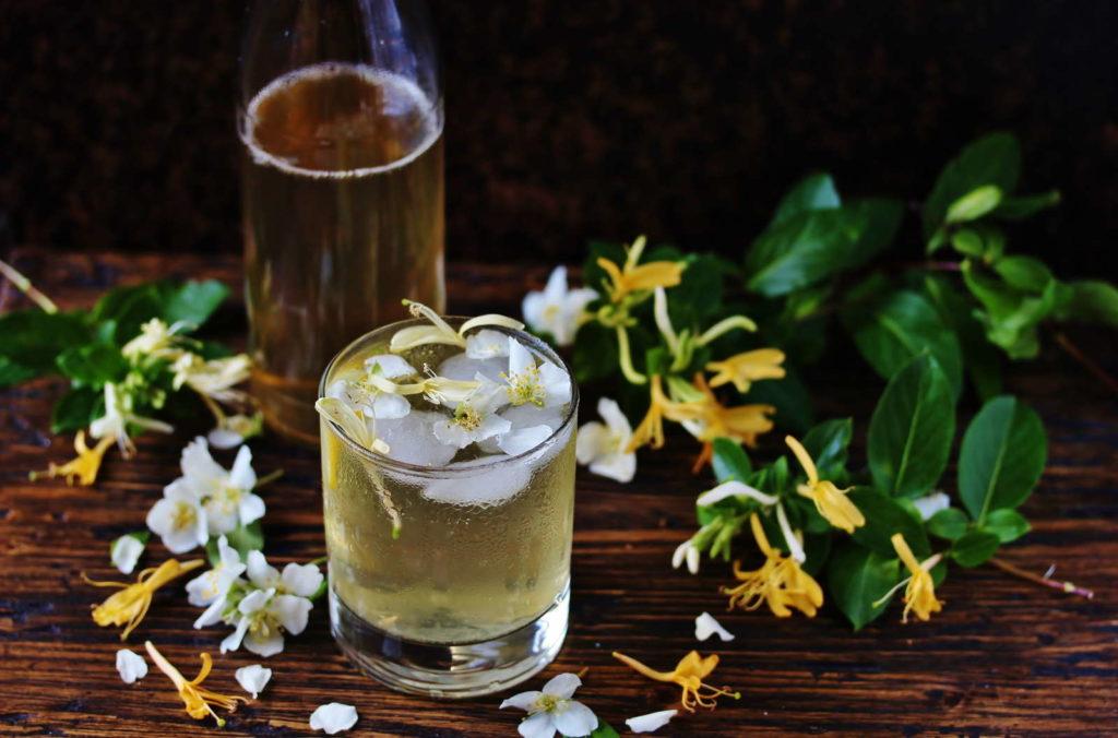 Limonade aus Jasminblüten in einem Glas mit Eiswürfeln
