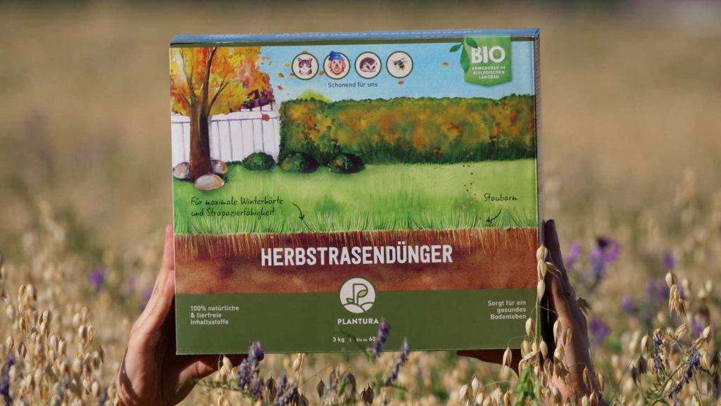 Plantura Bio-Herbstrasendünger in Kornfeld
