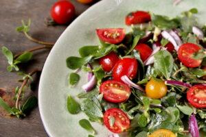 Teller Mit Tomatensalat Darauf