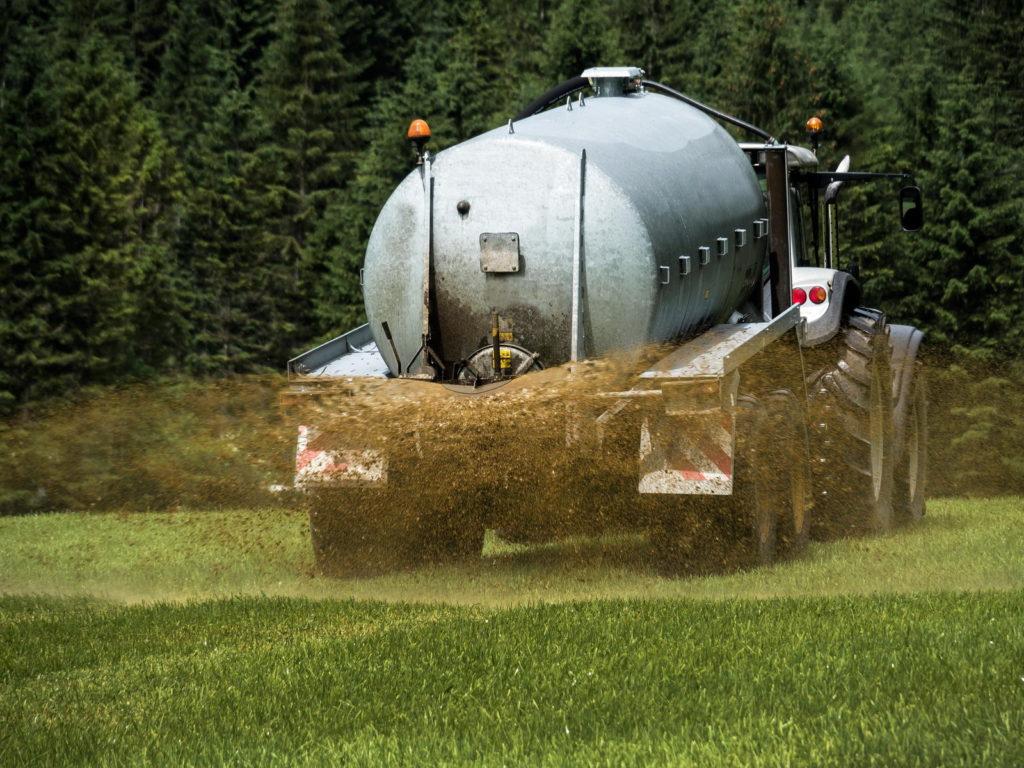 Traktor düngt Rasen mit Flüssigdünger