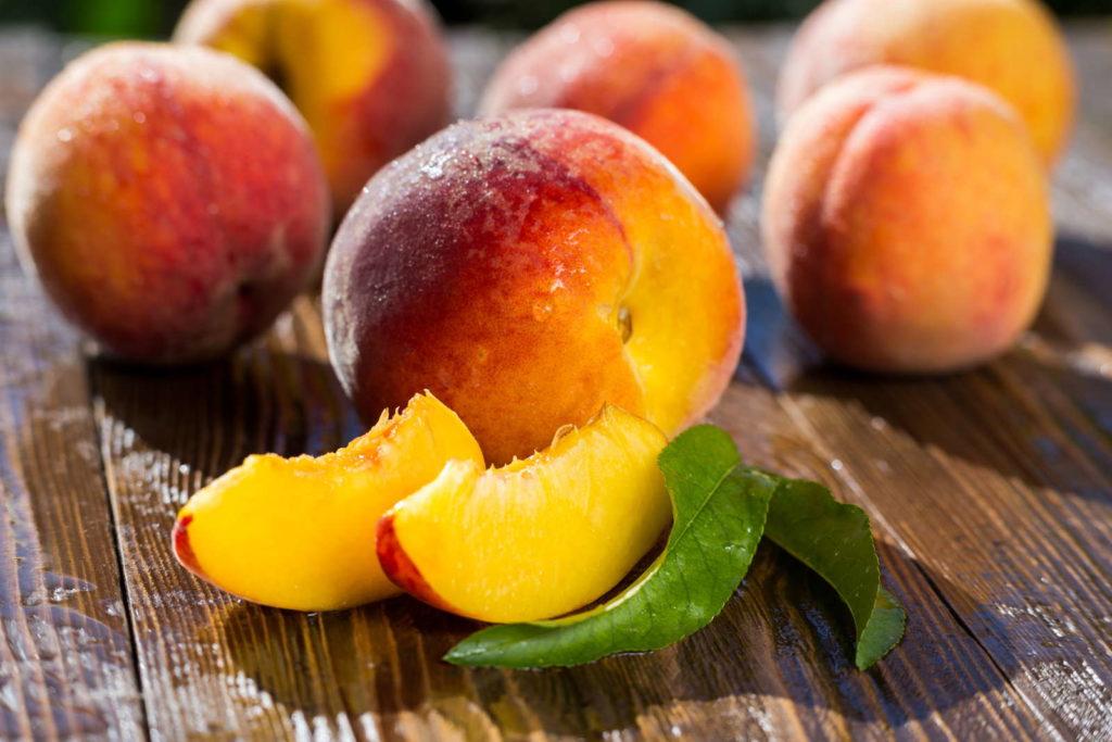 aufgeschnittene Pfirsiche auf einem Tisch