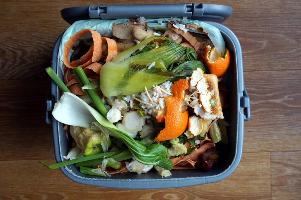 Komposteimer aus Plastik mit Küchenabfällen
