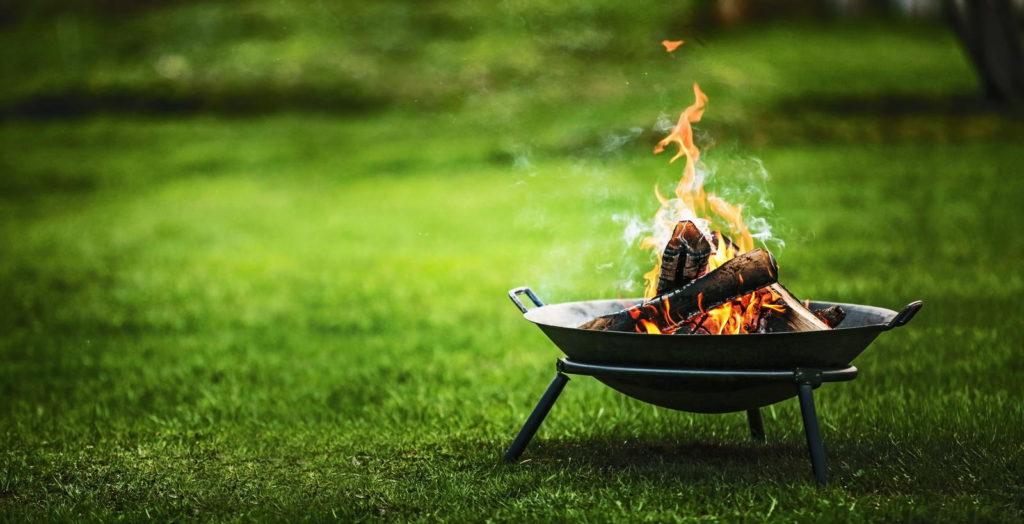 Feuerschale im Garten auf Raseb