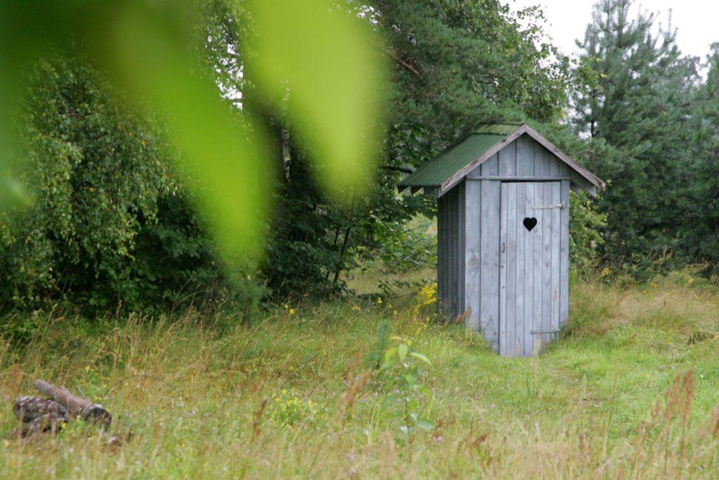 Toilettenhäuschen im Garten