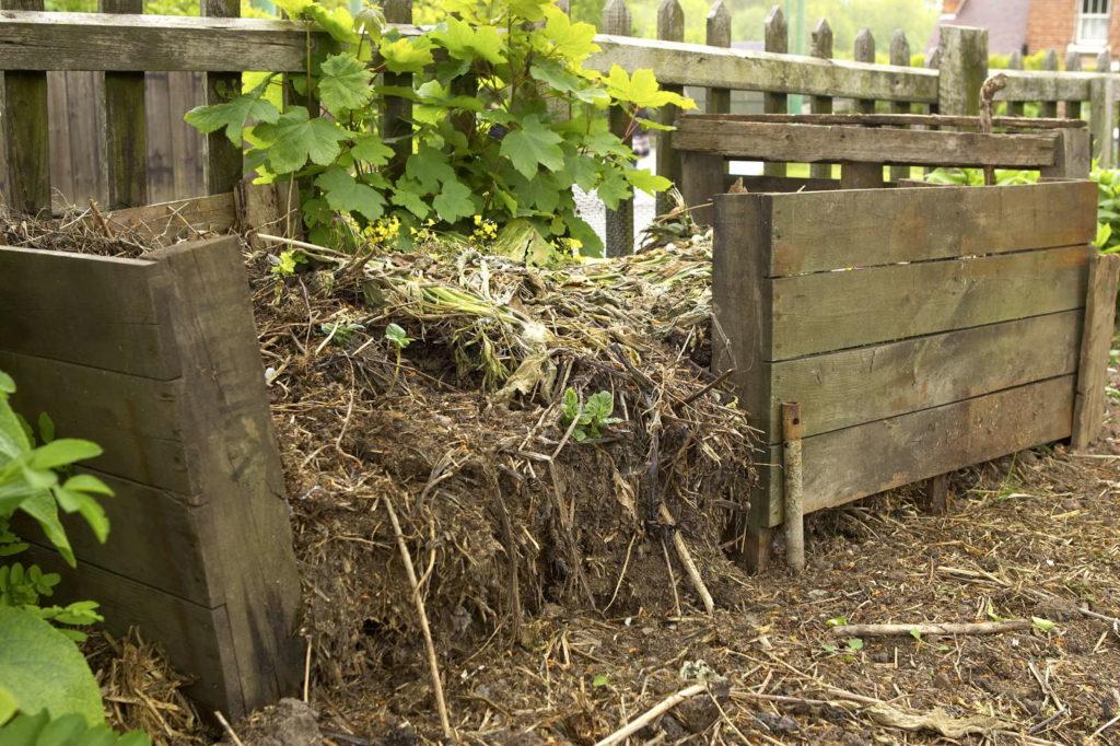 Komposthaufen in einem Holzrahmen