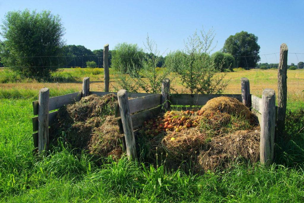 Kompost in einem Holzgefäß