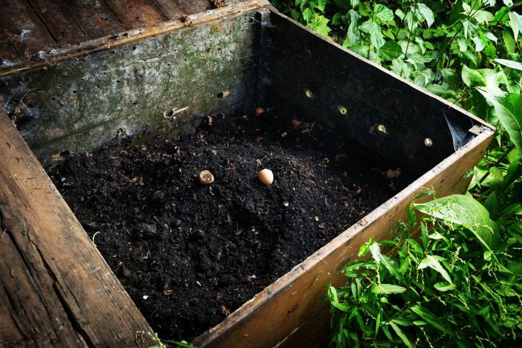 Ein Kompost im Garten