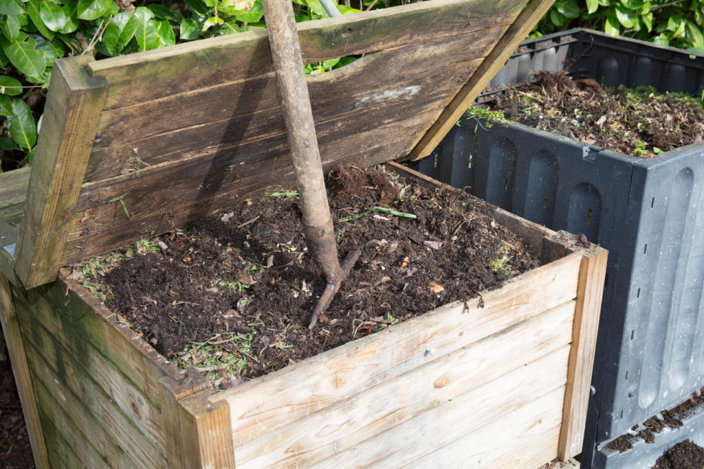 Komposteimer im Garten