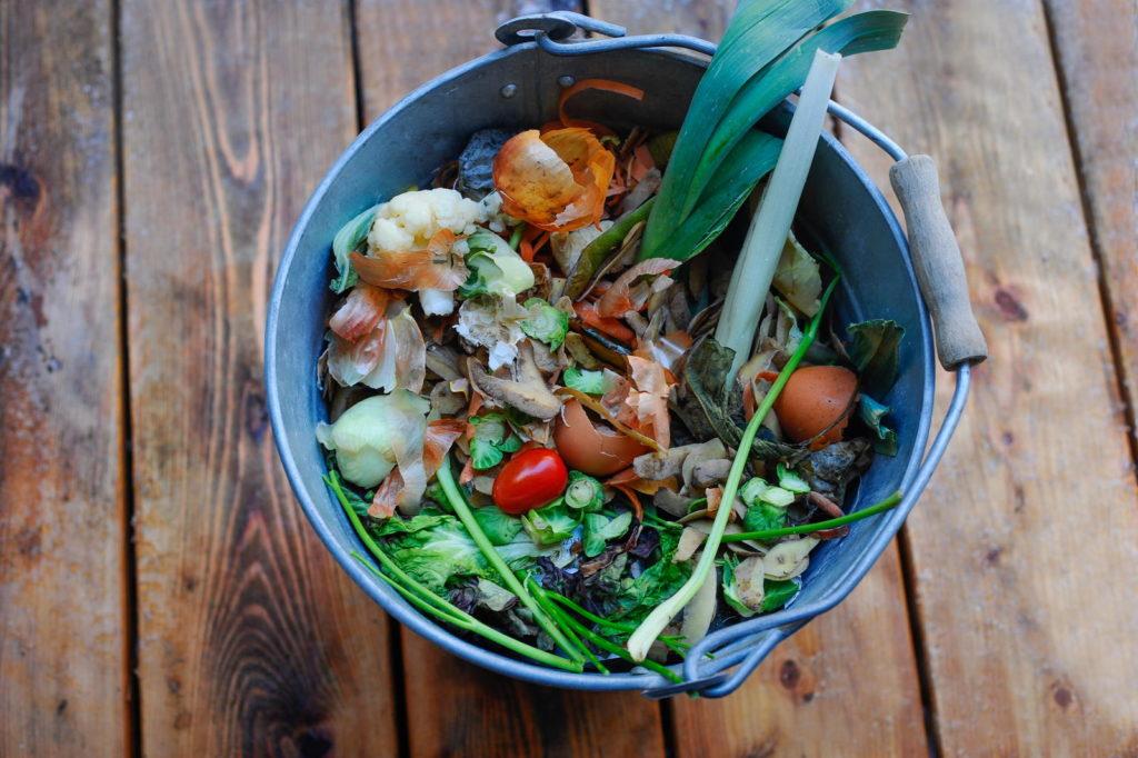 Komposteimer mit Essensabfällen