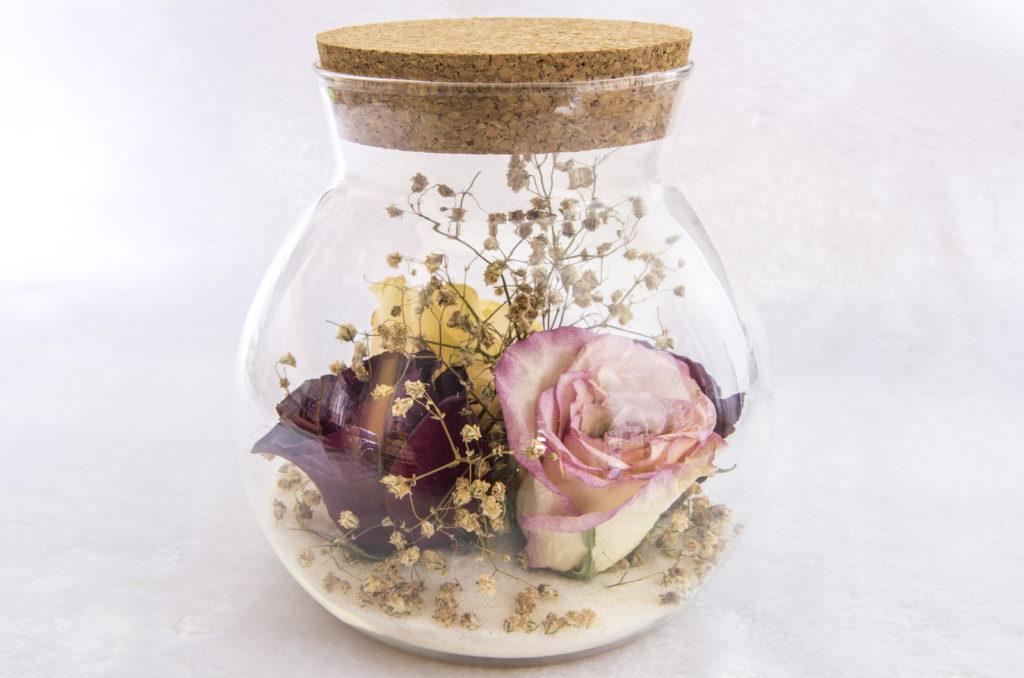 Konservierte Rose im Glas mit Deckel