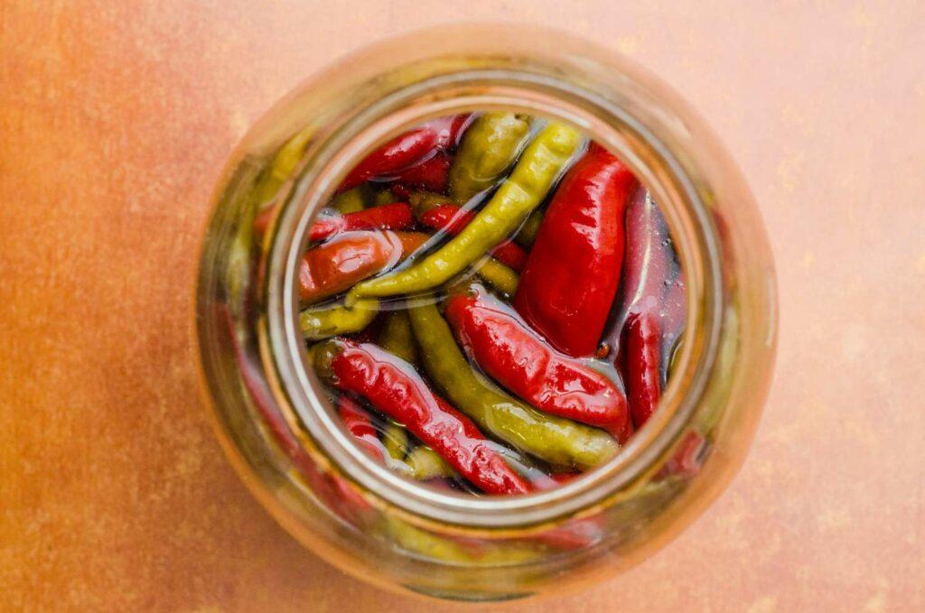 Chilis in Öl eingelegt