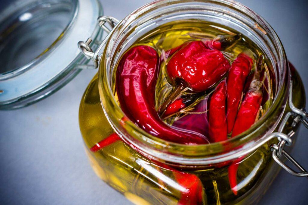 eingelegte Chilis in Öl