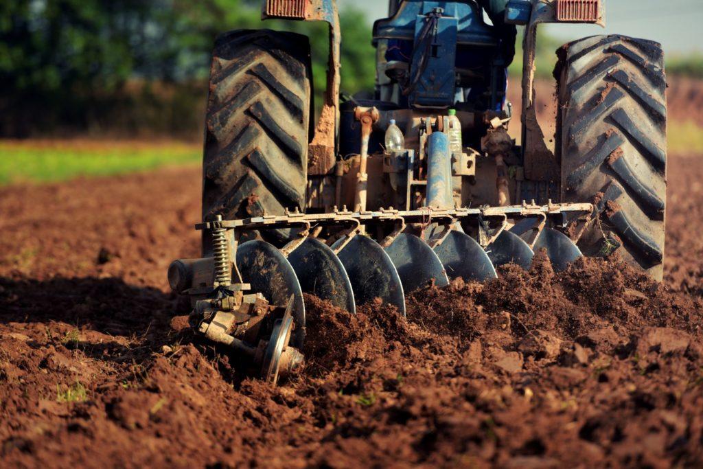 Feld von Traktor umgegraben