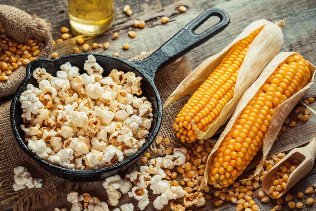 Popcorn in Pfanne mit Maiskolben