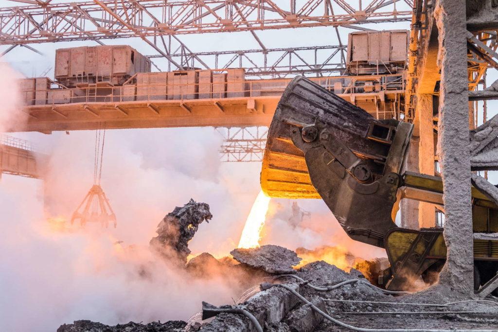 Geschmolzenes Eisen wird auf Industriegelände ausgekippt