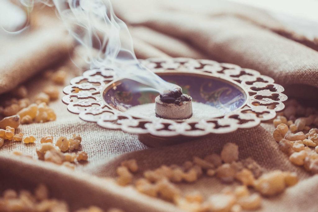Getrockneter Weihrauch in Schale wird verbrannt