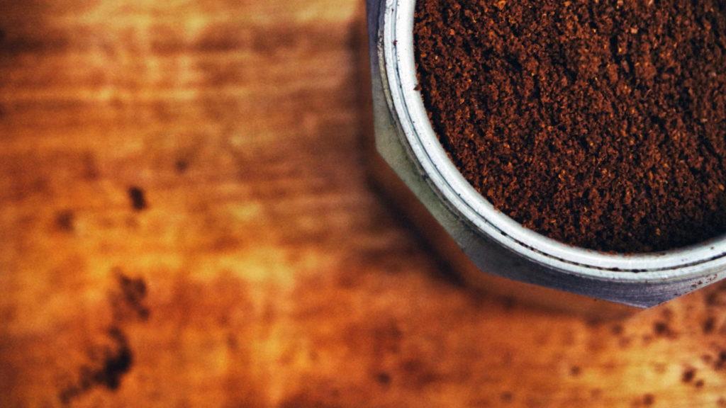 Kaffeesatz in Kaffeekanne von oben