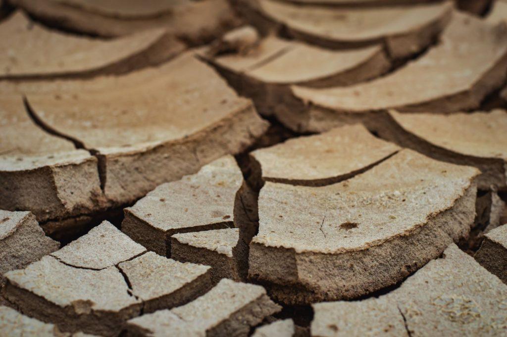 Trockener Boden aufreißend