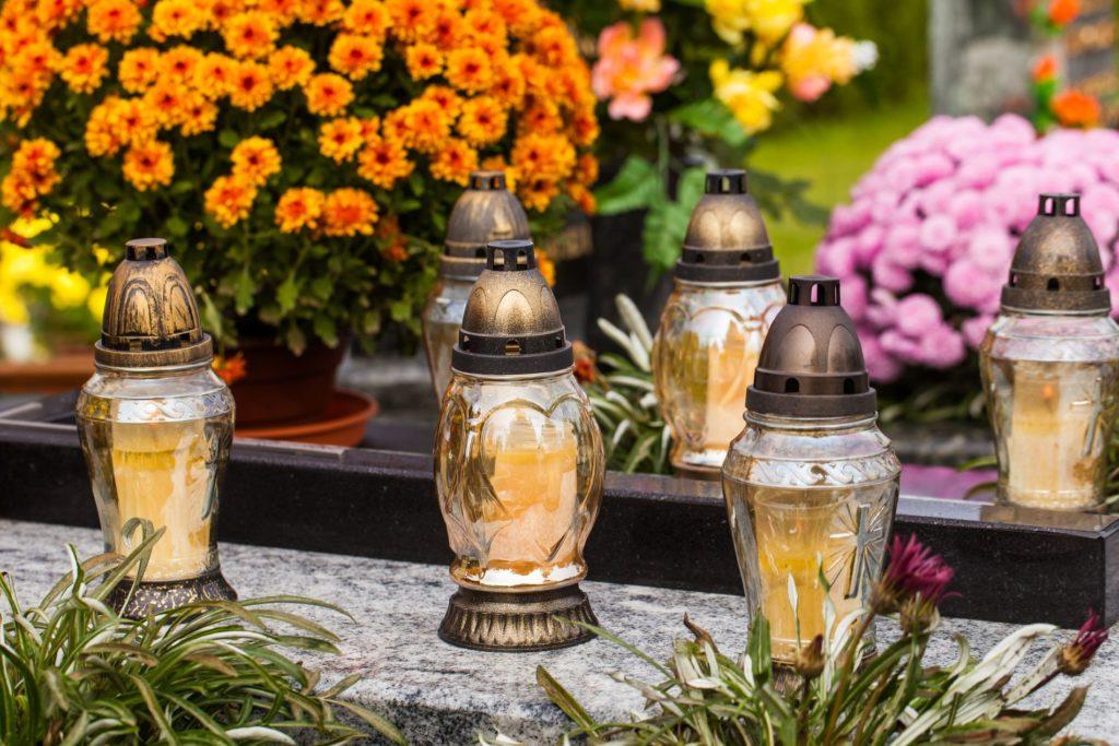 Kerzen auf Grab