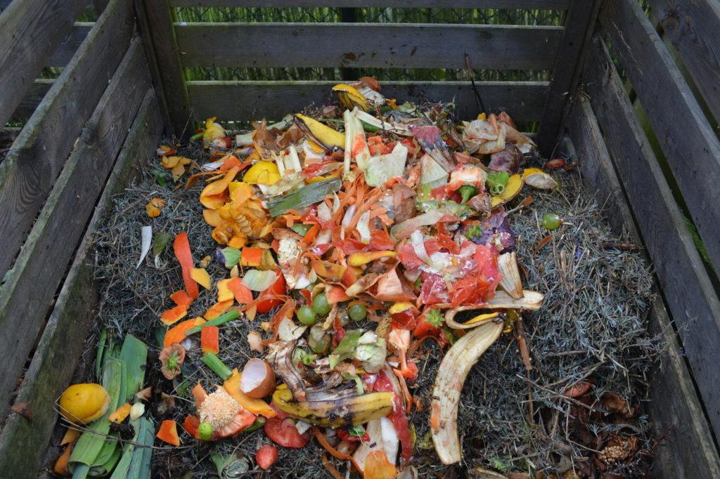 Kompost mit Abfällen aus Küche und Garten
